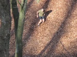 Grip på skoene er ikke til megen hjælp i de tørre blade, da Henrik Frank Nielsen løber på tværs af kløften